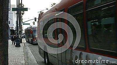 Bus e traffico del boulevard di Wilshire video d archivio