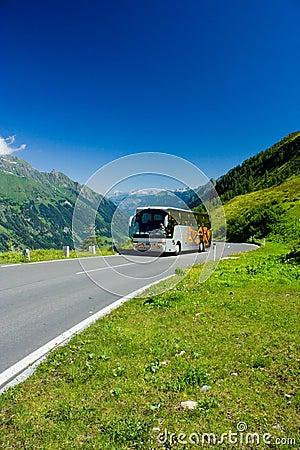 Bus op een weg in Alpen