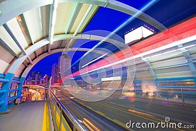 Bus par la gare avec la lumière de tache floue