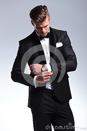 Free Business Man Looks At His Cufflinks Royalty Free Stock Photos - 31846418