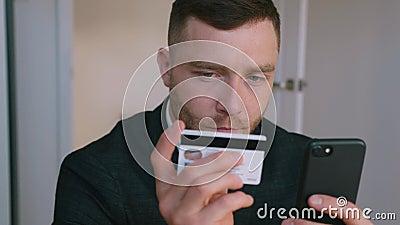 Business Man Online Banking met Smartphone Shoping Online met creditcard stock videobeelden
