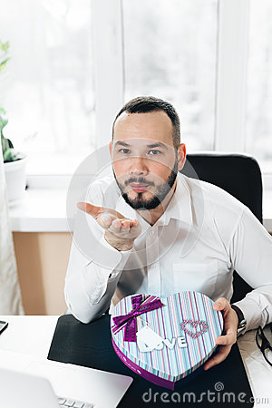 Free Business Man Prepared A Gift In The Form Of Heart Stock Photo - 85484830