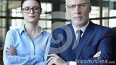 Business people con braccioli incrociati, team di professionisti che offrono consigli di successo stock footage