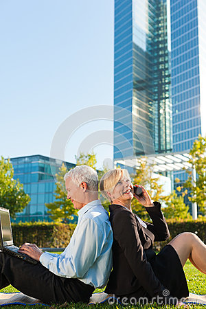 Free Business People Working Outdoors Royalty Free Stock Photography - 32739117