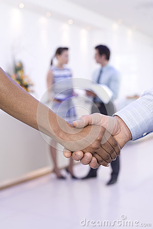 Free Businessman And Woman Shaking Hands, Colleagues In Background, Close-up Of Hands Royalty Free Stock Photography - 41709767