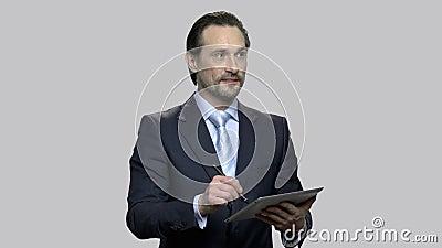 Businessman desenhando em tablet digital vídeos de arquivo