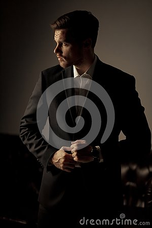 Free Businessman In A Suit And A Shirt Is Standing And Pondering On T Royalty Free Stock Photography - 133589327