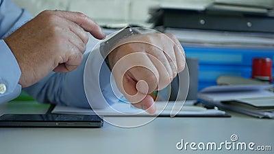 Businessman no Office Check Time e Mensagens Usando seu Smartwatch video estoque