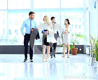 Businesspeople που περπατά στο corrido