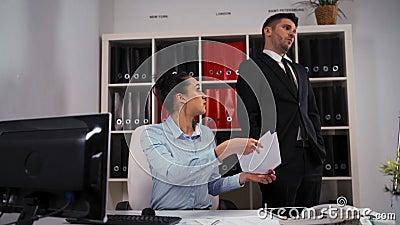 Businesspeople twee in bureau De vrouw vraagt man collega om te helpen, maar hij verwerpt en gaat weg stock video