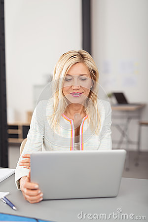 Free Businesswoman Working On A Laptop Computer Royalty Free Stock Photo - 54887695