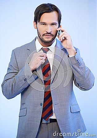 Busnessman używać telefon komórkowy