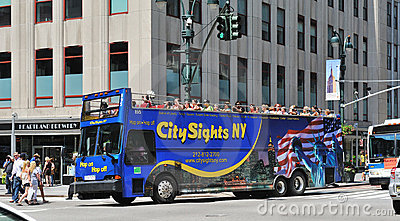 Bussen som kör den manhattan midtownen, turnerar Redaktionell Foto