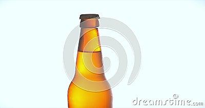 Butelka piwa na białym tle, świeże piwo, zimne piwo jasne piwo a z kroplami wody Świeżość i piana 4K zbiory