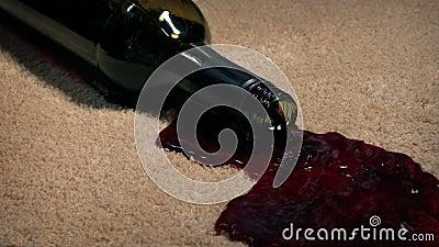 Butelka Wina Pogrążyła Się Na Dywanie Barwiącym zdjęcie wideo