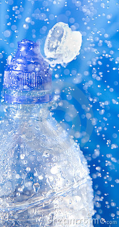 Butelki zbliżenia pluśnięcia woda