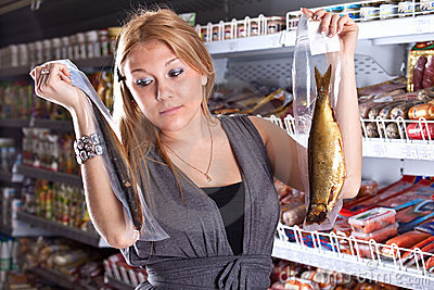 The buyer chooses smoked fish