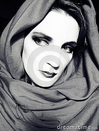 Bw-Frau, die einen Schal trägt