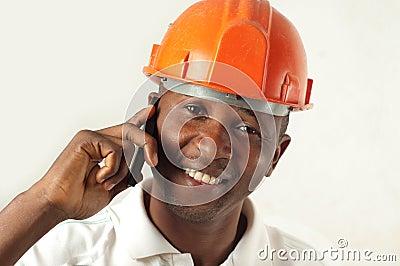 Byggnadsarbetare på telefonen