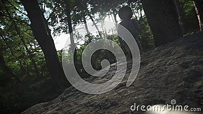 CÁMARA LENTA, CIERRE PARA ARRIBA: Detalle de las botas del alpinismo del caminante y de la montaña que sube del caminante masculi metrajes