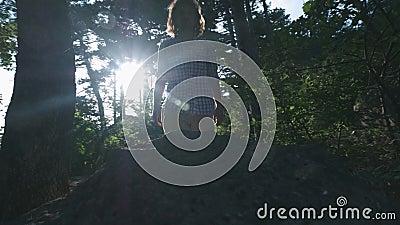 CÁMARA LENTA, CIERRE PARA ARRIBA: Detalle de las botas del alpinismo del caminante y de la montaña que sube del caminante masculi almacen de video