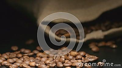 CÁMARA LENTA: Los granos de café caen cerca de un bolso de mentira del paño almacen de video