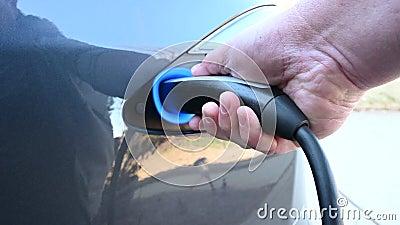 Câble de recharge d'une voiture électrique clips vidéos