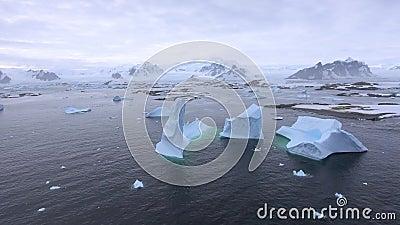 A câmera afasta-se e remove-se a paisagem antártica Andreev vídeos de arquivo