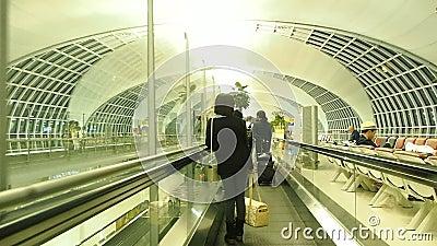 Câmera da bandeja e da zorra em portas de partida do aeroporto de Suvanaphumi filme