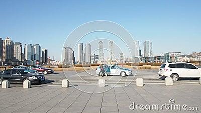 Câmera da filtração na frente do quadrado de Xinghai, Dalian, China filme