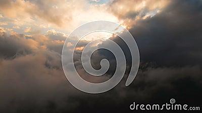 Câmera do período através das nuvens de chuva de nivelamento no por do sol acima dos níveis da nuvem Voo fabuloso nas nuvens Silh filme