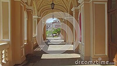 A câmera voa através dos arcos do teatro de Odessa National Academic Opera e de bailado vídeos de arquivo