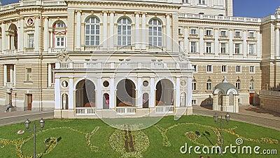 A câmera voa lateralmente perto do teatro de Odessa National Academic Opera e de bailado filme