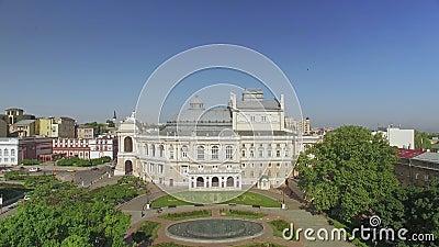 A câmera voa longe do teatro de Odessa National Academic Opera e de bailado vídeos de arquivo