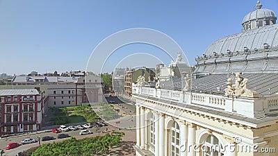 A câmera voa para baixo perto do teatro de Odessa National Academic Opera e de bailado filme