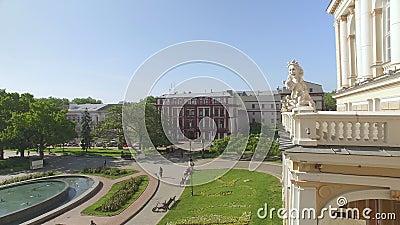 A câmera voa perto do balcão do teatro de Odessa National Academic Opera e de bailado vídeos de arquivo