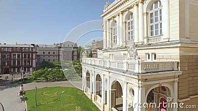 A câmera voa perto do balcão do teatro de Odessa National Academic Opera e de bailado filme
