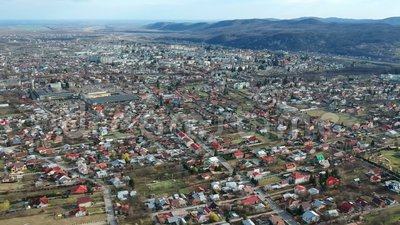 Câmpina, Ρουμανία, εναέριο μήκος σε πόδηα κηφήνων της προαστιακής περιοχής απόθεμα βίντεο
