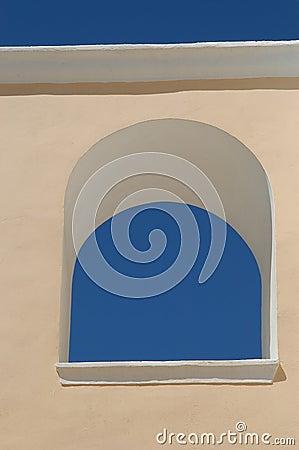 Céu azul em um indicador