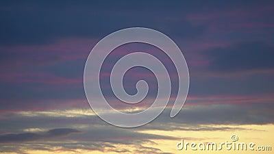 Céu dramático Tempo decorrido 4 K Pôr do sol púrpura azul escuro, laranja, nuvens vermelhas video estoque