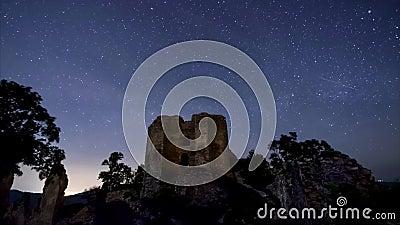 Céu noturno sobre as ruínas do castelo filme