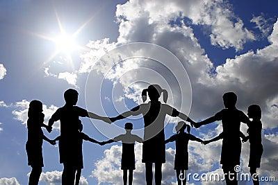 Círculo De Los Niños En El Cielo Asoleado Verdadero