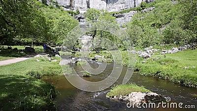 Córrego da angra de Malham na parte inferior da atração popular BRITÂNICA do visitante do parque nacional dos vales de Yorkshire  filme