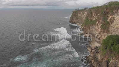 Côte rocheuse de l'océan banque de vidéos