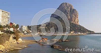 Côte de calpe de lumière du soleil de jour avec les hôtels 4k Espagne banque de vidéos