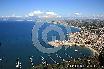 C te et mer de ville de bord de la mer image stock image - Ville bord de mer mediterranee ...