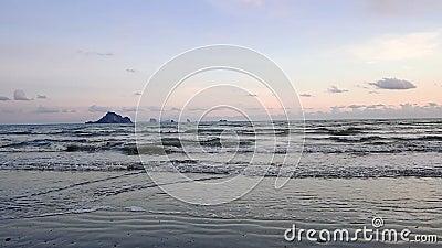 C?u do por do sol na cor azul sobre o horizonte de mar vídeos de arquivo