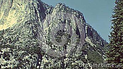 Caídas superiores de Yosemite NP almacen de metraje de vídeo