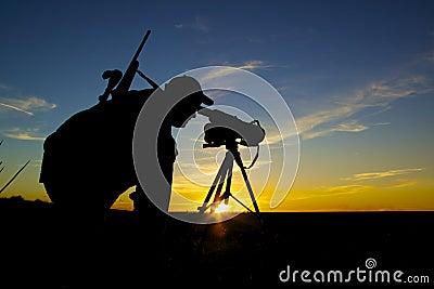 Caçador do rifle no nascer do sol