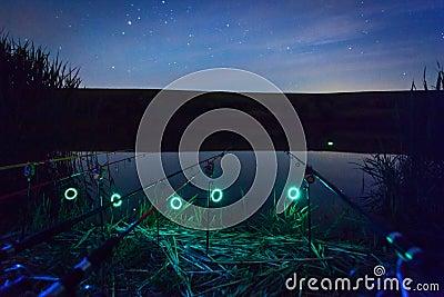 Cañas de pescar en la noche